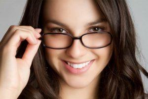 Tips Mengaplikasikan Riasan untuk Wanita Berkacamata